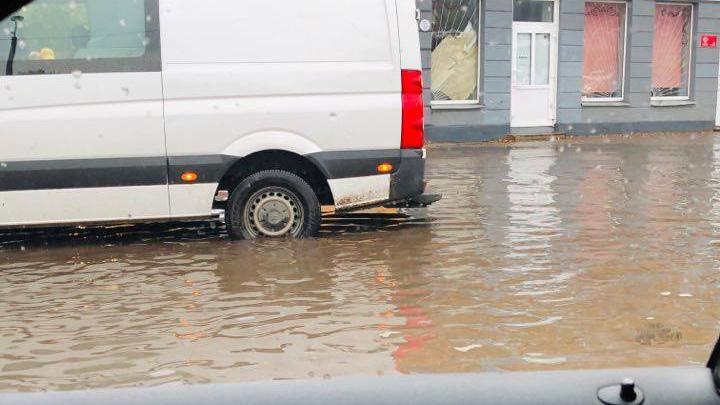 Intensīva lietus rezultātā applūst iela Iļģuciemā līdz ielas malām