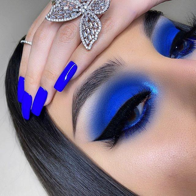 Maquiagem e unhas azuis