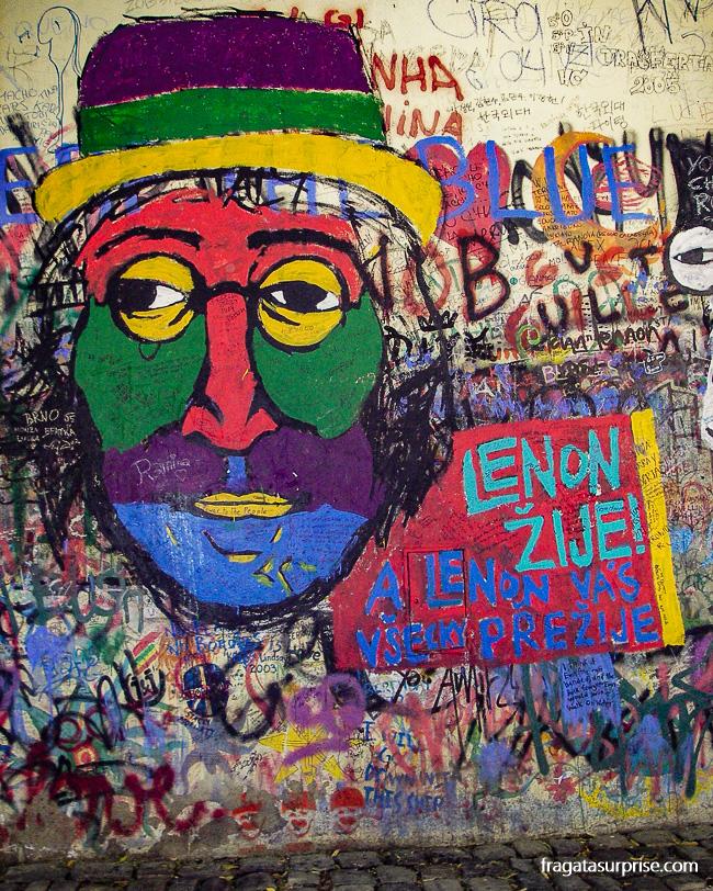 Grafite homenageia John Lennon em Praga, República Tcheca
