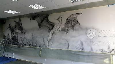 Graffiti 3D przedstawiające smoka, mural w szkole, malowanie smoka na ścianie jako reklama firmy MSI