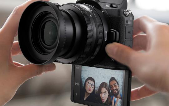 Экран Nikon Z50 откидывается вниз на 180 градусов
