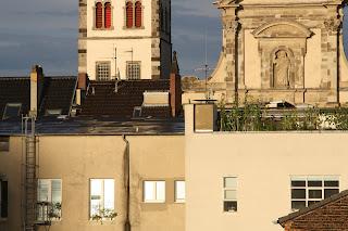 Dächer in Bonn Namen Jesu Kirche glitzernde Fenster Hinterhof