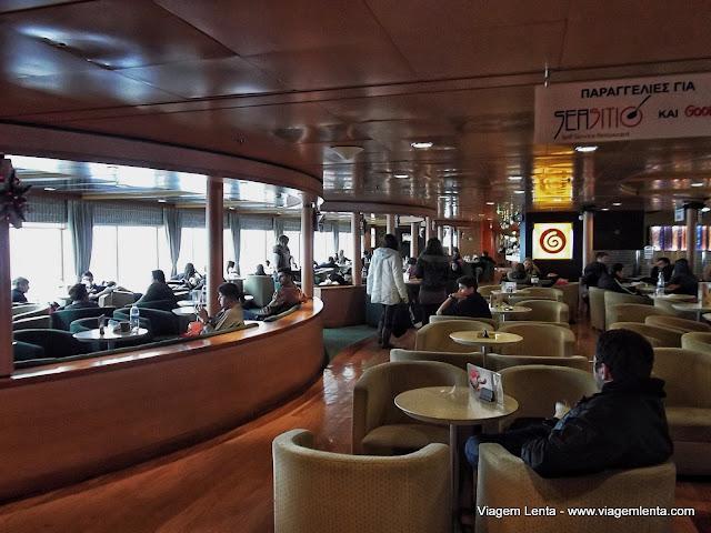 Um dos diferentes ambientes do navio de Atenas para Rodes