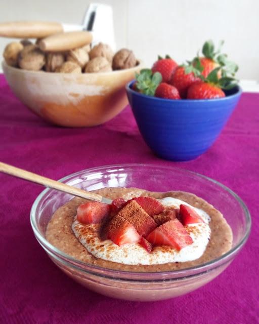 Gachas de avena calientes con yogur y fruta