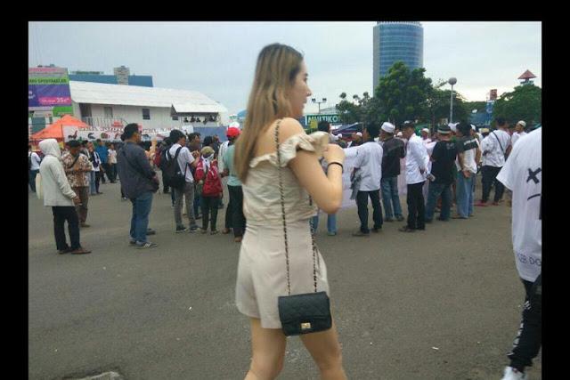 Tak Tahan Lihat Pengunjung DWP Melintas Dengan Pakaian Aduhai, Demonstran Berbaju Putih Ini Teriak....