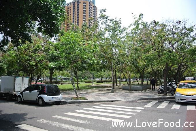 台中西區-草悟道-總長3.6公里的綠園道 兩旁許多美食餐廳-cao wu dao