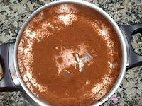 Nata, leche, azúcar, cacao y barritas kinder en caldero
