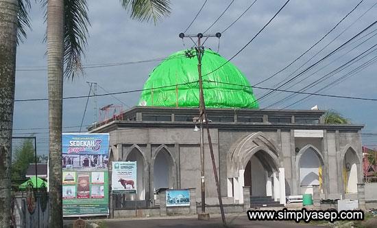 MULAI DIPASANG : Inilah Kubah Masjid Babussalam Duta Bandara sudah mulai dipasang. Butuh dana sekitar Rp.170 Jt sisa pelunasannya.  Foto Asep Haryono