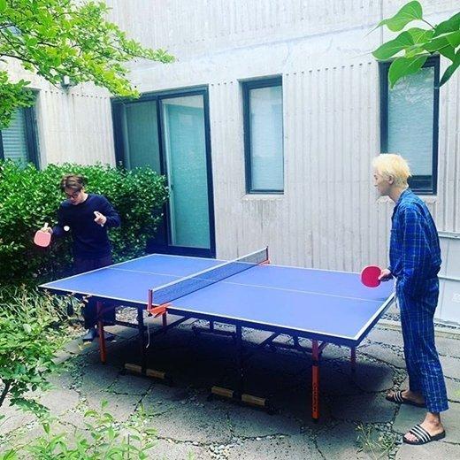Song Minho pijamalarıyla masa tenisi oynadı