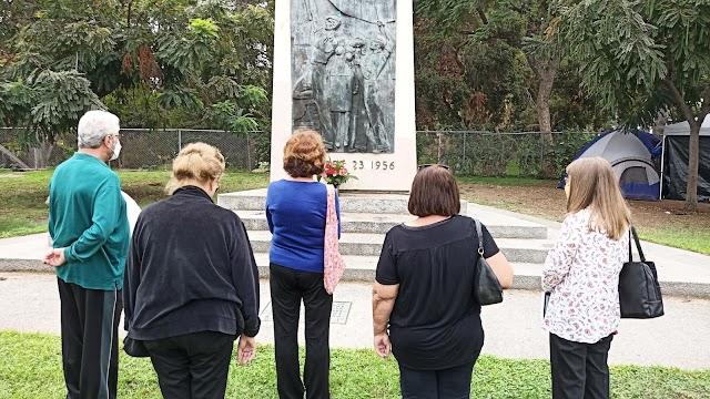 Október 23. - Gyülekezet virágot helyez el a Los Angeles-i 56-os emlékműnél