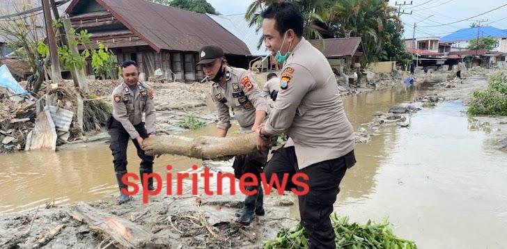 Personil Polres Lutra, Bergotong Royong Bersihkan Puing Kayu Pasca Banjir Bandang