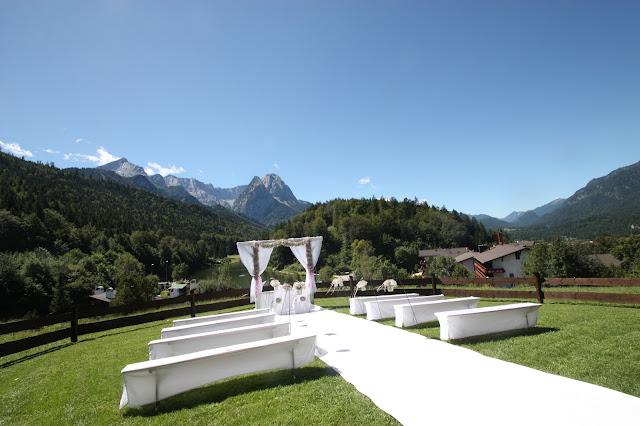 Trauung auf der Bergwiese - Schleierkraut-Wolken in rosa und weiß - Sommerhochzeit in Bayern, Garmisch-Partenkirchen, Riessersee Hotel, Hochzeitshotel, Babies breath wedding