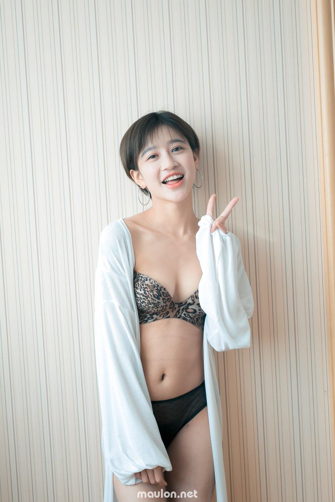 MauLon.Net - Ảnh sex gái xinh hút thuốc