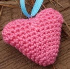 http://translate.googleusercontent.com/translate_c?depth=1&hl=es&rurl=translate.google.es&sl=en&tl=es&u=http://www.crochetspot.com/crochet-pattern-sweet-little-heart-ornament/&usg=ALkJrhheVugcwlW3HI7djpepd6nqoQ7xPQ#more-24752