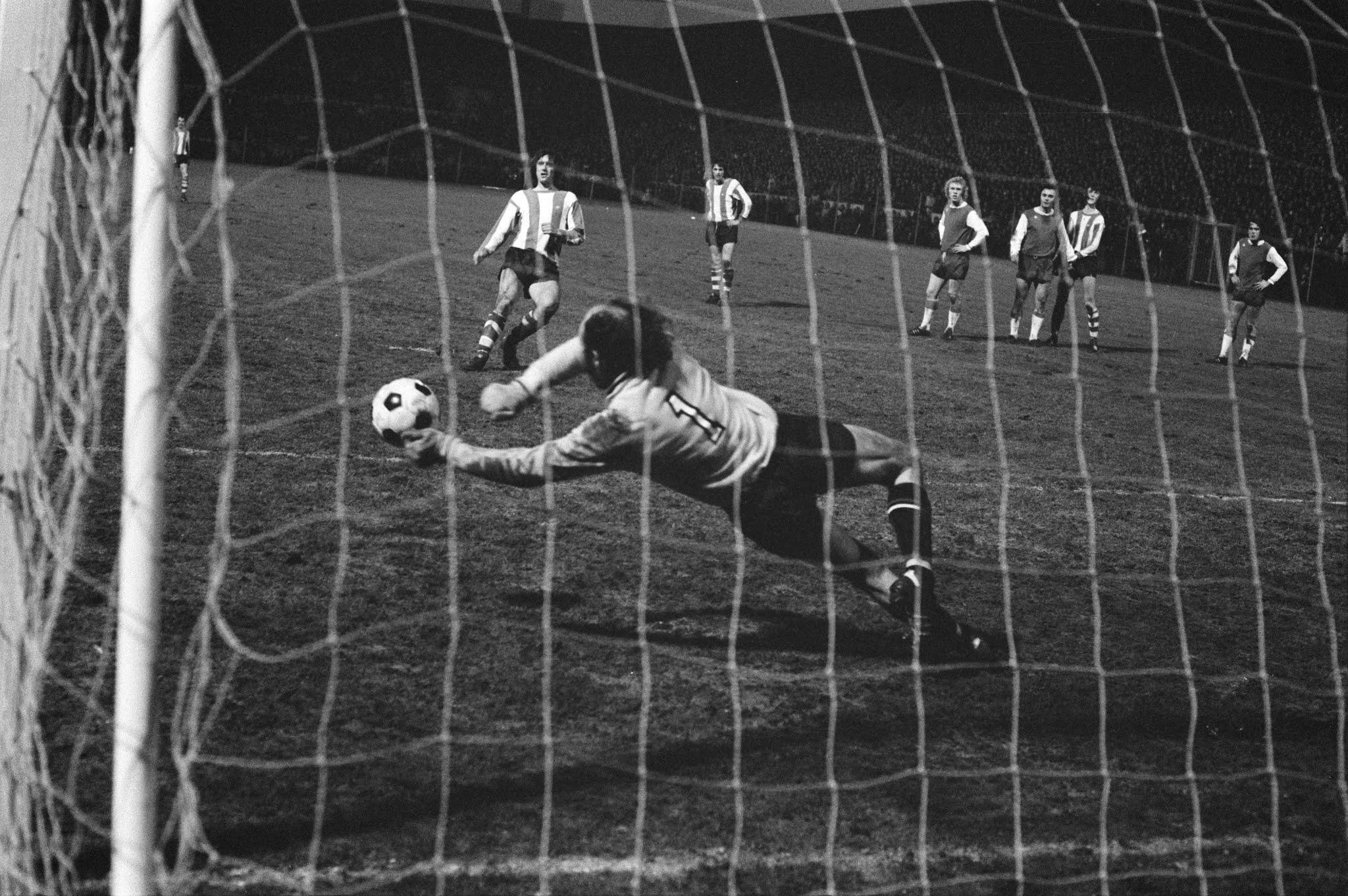 Eddy Treijtel (Feyenoord) stopt een penalty van Willy van der Kuijlen (PSV)