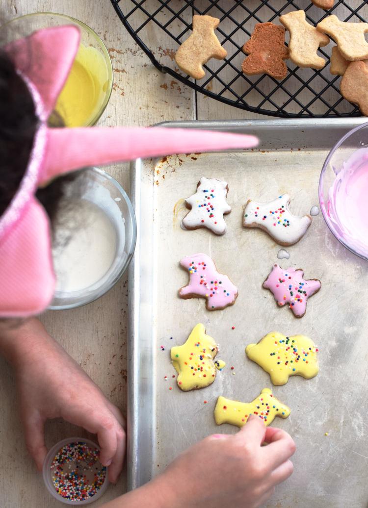 Galletas de mantequilla decoradas con una sencilla glasa y sprinkles