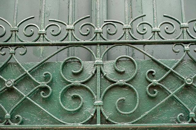 Detalhe de uma casa antiga na Rua Paula Gomes - grade