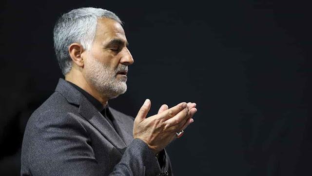 Qassem Soleimani reza durante una ceremonia religiosa en una mezquita en Teherán, Irán, el 27 de marzo de 2015.