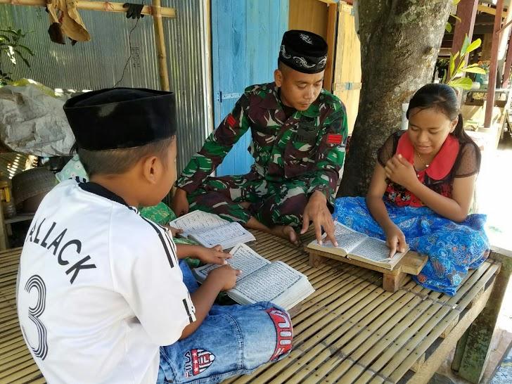 Personel Satgas TMMD Ke - 105 Kodim 1404/Pinrang Ajari Anak-Anak Mengaji