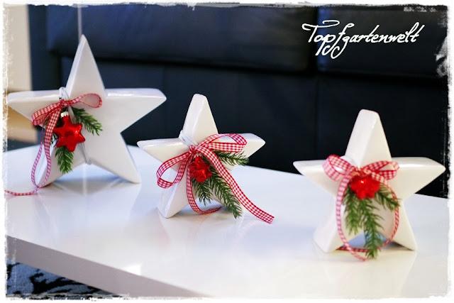 Sterne aus Porzellan mit Weihnachtsdeko