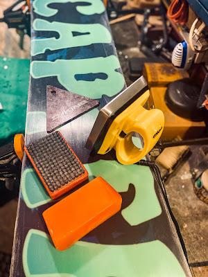 akcesoria do smarowania snowboardu