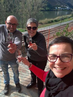 Um brinde com uma turista brasieleira depois de uma sessão fotográfica no Vale do Douro