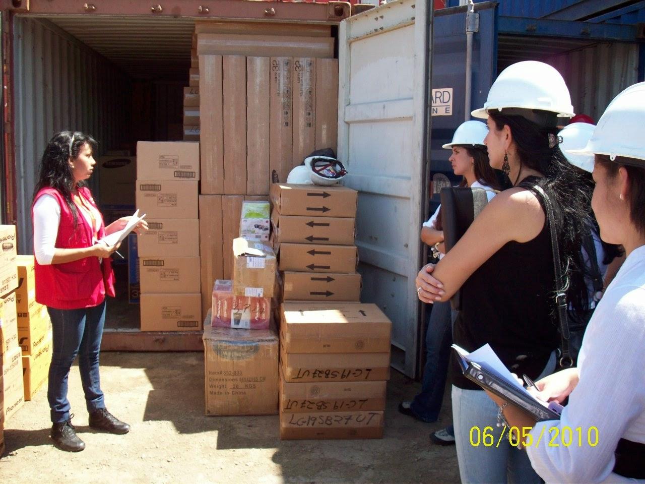 Mujeres mostrando un container de comida