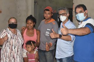 Dirce e Vicente Neto são recebidos com entusiasmo pelos moradores da comunidade Bode em Lima Campos.