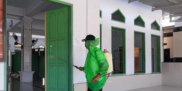 Lurah Kappuna Lakukan Penyemprotan Disinfektan Di Rumah-rumah Ibadah