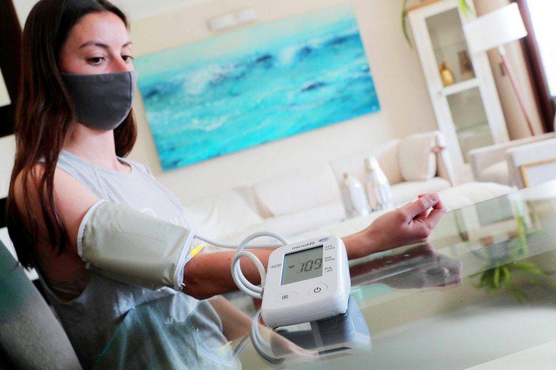 Cardiólogo explica cómo usar bien un aparato para tomarse la presión en la casa