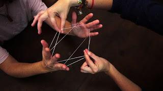 Cordel o hilo en los dedos y la otra persona tiene que ir haciendo formas también