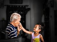 Karomah Merawat Orang Tua