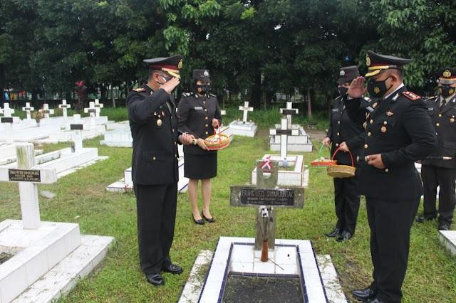 Peringati HUT Bhayangkara Ke-75, Polres Siantar dan Polres Simalungun Ziarah ke Taman Makam Pahlawan
