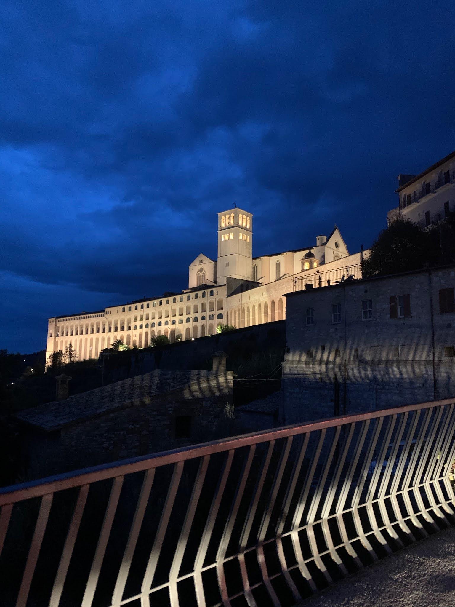 Basílica de São Francisco de Assis iluminada à noite