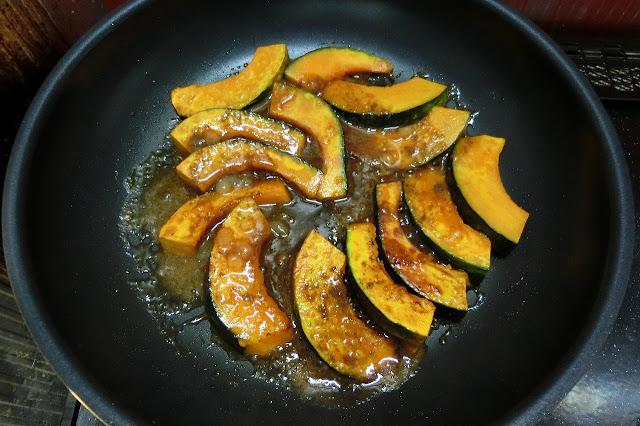 焼き色がついたら火を止め、【合わせ調味料】をまわし入れてフライパンを揺すりながら味を絡めて完成です。