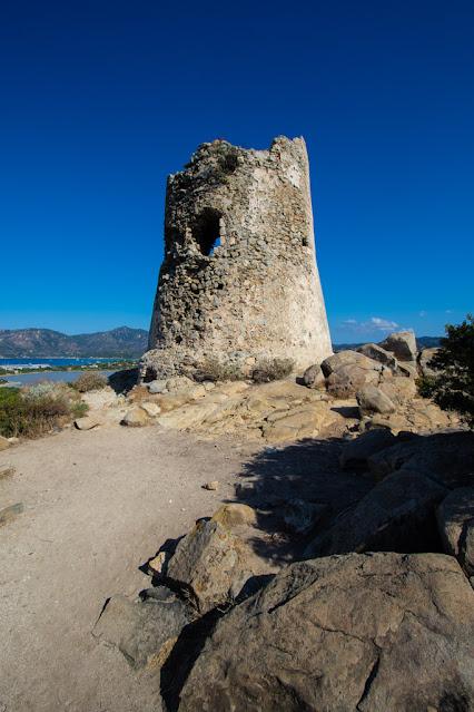 Sentiero e torre di Porto Giunco