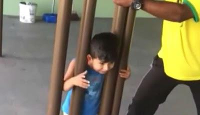 kepala anak terjebak di antara tiang besi
