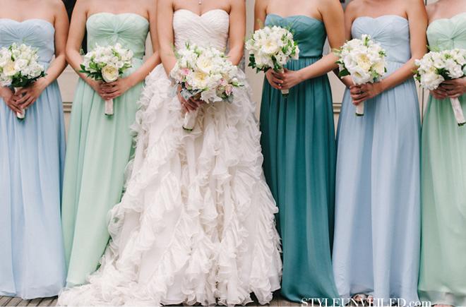 a9870b927449 Una sposa che ama osare veste le sue damigelle in pizzo con un tocco di  glitter in più.