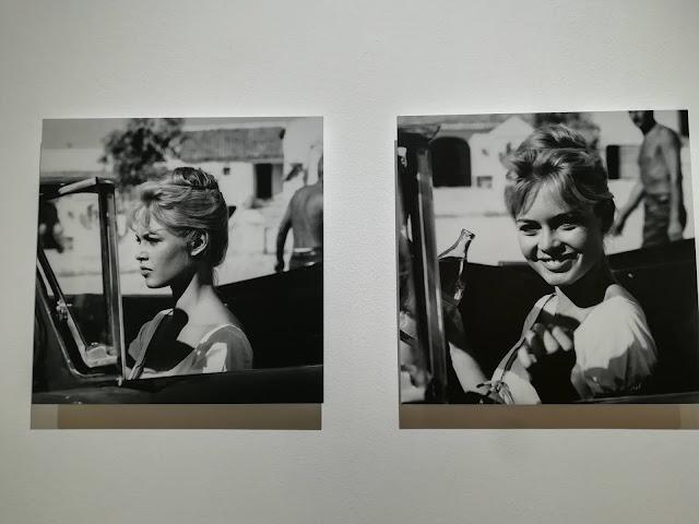 Brigitte Bardot sonriendo a cámara y mirando al frente en blanco y negro