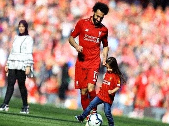 محمد صلاح ينشر صورة جديدة مع ابنتيه (صورة)
