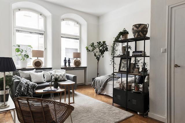 Lemn, gri, albastru și obiecte de decor inedite într-o garsonieră de 40 m²