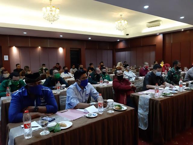Peserta sosialisasi syarat calon dan persyarakat pencalonan pada Pemilihan Bupati dan Wakil Bupati Pandeglang, di salah satu hotel di Kecamatan Karangtanjung, Pandeglang, Selasa (04/08/2020).