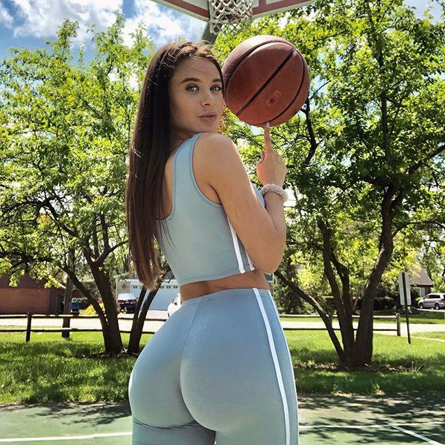 Lana Rhoades a jogar basquetebol