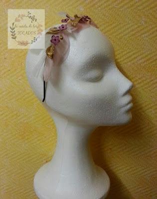 diadema para invitada de boda con plumas y porcelana en tonos pastel con dorado