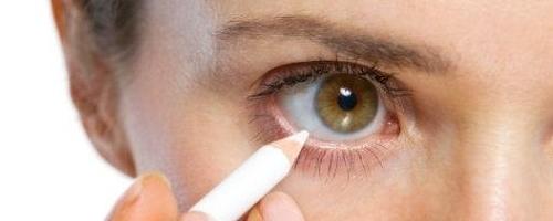 maquillando la waterline o linea de agua con lápiz blanco