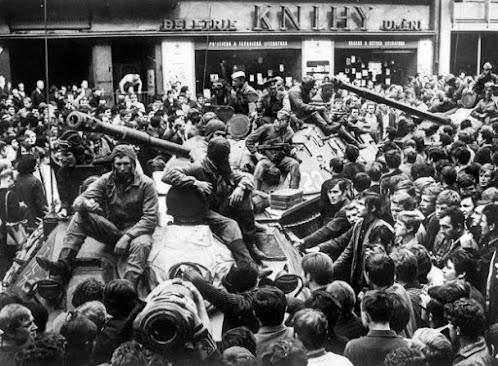 Dân chúng Thủ đô Praha bao quanh xe tăng Liên Xô, khi quân đội nước này và khối Vác Xa Va tràn vào dập tắt Mùa xuân Praha. 25/8/1968.