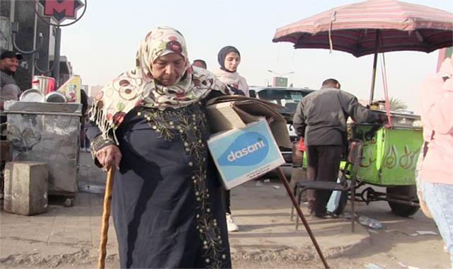 صرخة مساعدة الفنانة مديحة يسري أتبهدلت ببيع مناديل في الشوارع