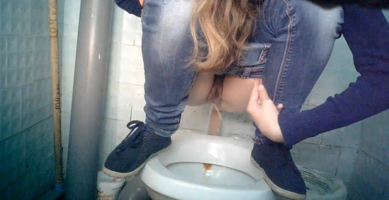 скрытая камера в туалете девки писают - 13