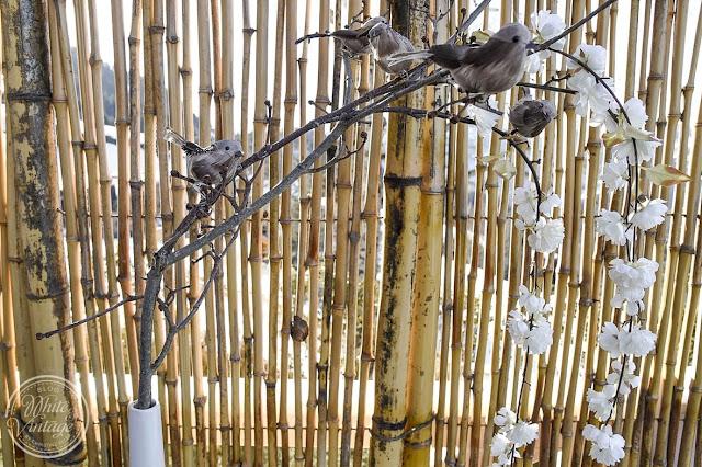 Zweige mit Dekovögeln dekorieren