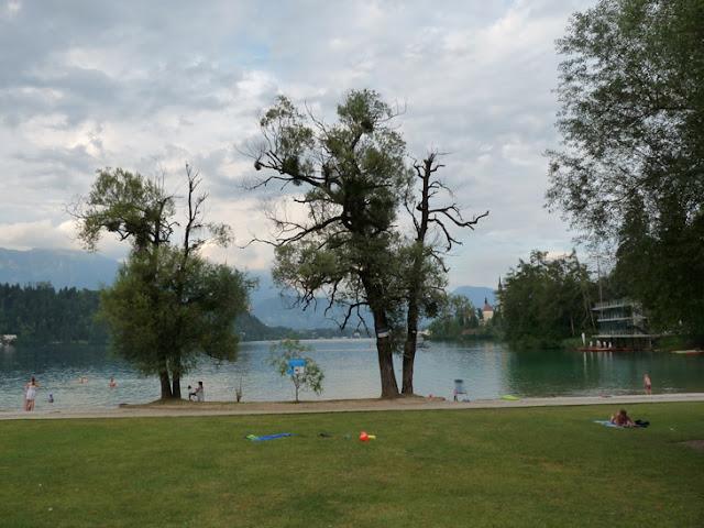 Foto de la Playa del Lago Bled junto al camping Bled. Ruta en autocaravana por Eslovenia | caravaneros.com